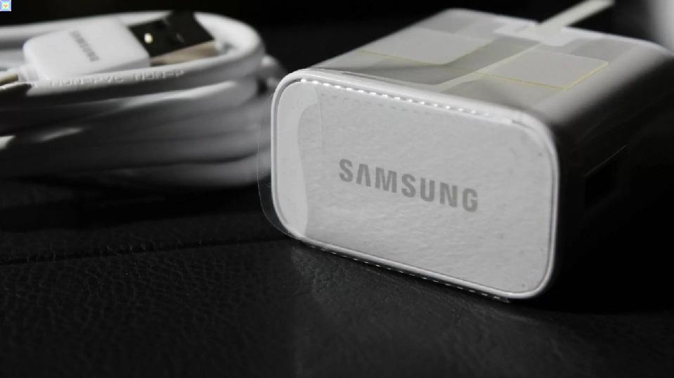 تسخر شركة Samsung من قرار Apple بإسقاط الشحن