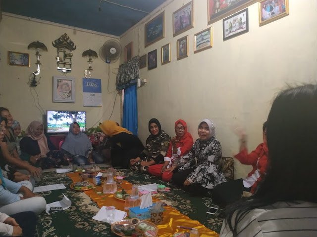 """Viral Petang (17/02/2020) BANDAR LAMPUNG -- Kali ini, dukungan datang dari Kecamatan Sukabumi. Khusunya dari kalangan emak - emak yang ada di kecamatan tersebut. Dukungan ini menurut Korwil Relawan Keluarga Dokter Zam, Rita Novita, S.Kom, murni inisiatif pribadi mereka dan bukan paksaan apalagi ada embel-embel imbalan. """" Ini murni dukungan warga yang menginginkan perubahan nyata di Bandar lampung."""