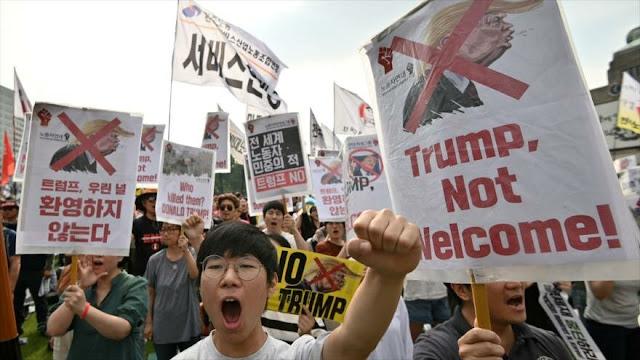Surcoreanos protestan por la presencia de Trump en su país