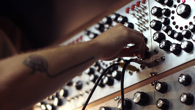 A criação de sons a partir de equipamentos eletrônicos (Foto: Divulgação/Canal Curta!)