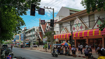 Walking along Phra Pokklao road