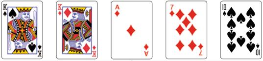 (UERJ 2018) Cinco cartas de um baralho estão sobre uma mesa; duas delas são Reis, como indicam as imagens.