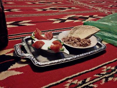 jedzenie w Jordanii wioska Wadi Rum, co jedzą Beduini