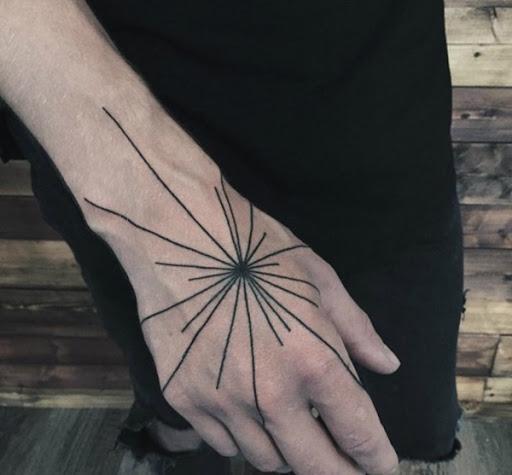 Outro exemplo de linhas, brotando de um hub central é mostrado no utente mão nesta peça.