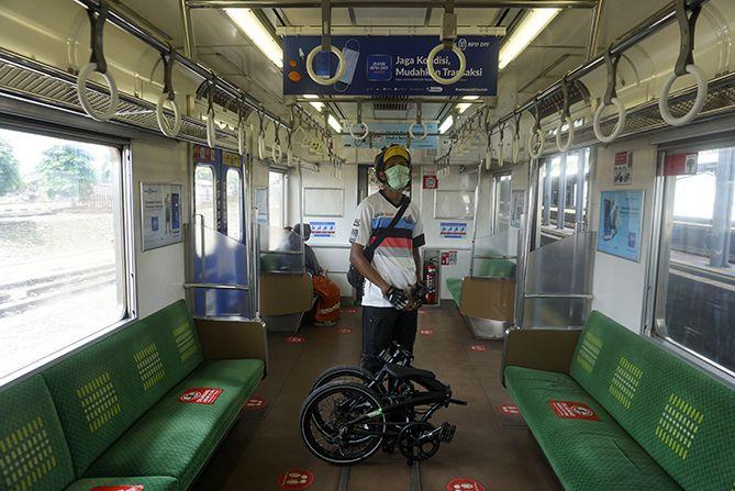 Berfoto sebelum peron dipenuhi penumpang