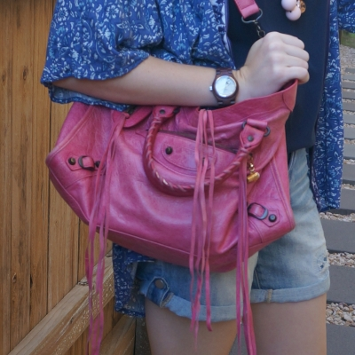 monochrome blue tee and denim shorts kimono outfit with pop of pink bag Balenciaga RH classic city in 2010 sorbet | awayfromtheblue