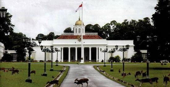 Sudah bosan dengan objek wisata alam atau pun objek wisata pantai yang hanya menyuguhkan  Wisata Bersejarah di Istana Bogor