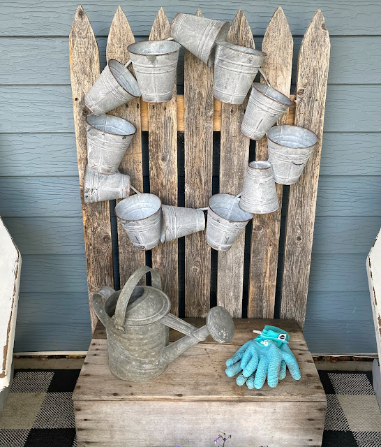 Galvanized Bucket Wreath with Violets #flowergardening #containergarden #galvanizedwreath #galvanizedpots #farmhousestyle #rusticgarden