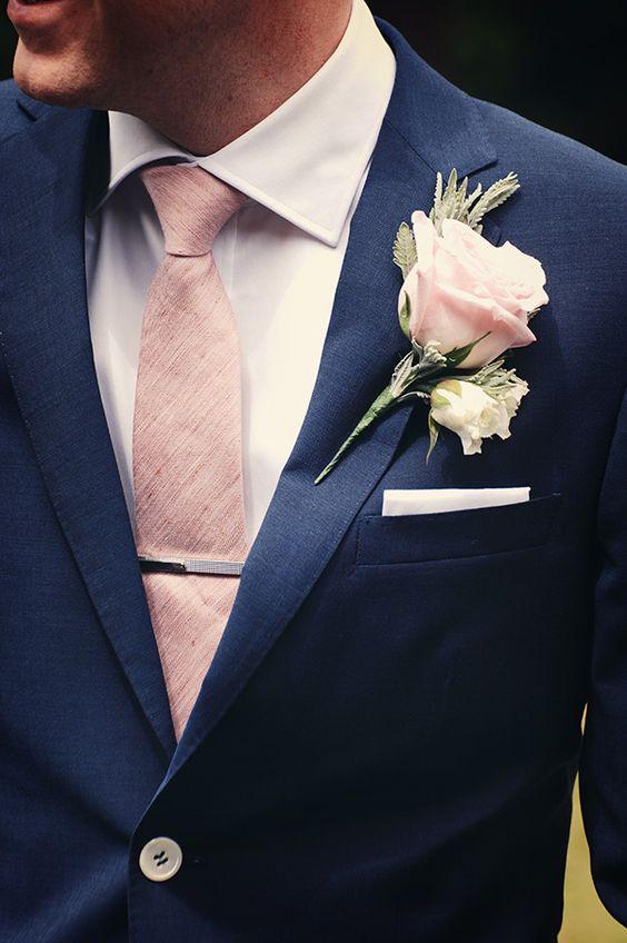 Un prendido bonito y elegante en rosas blancas y rosas