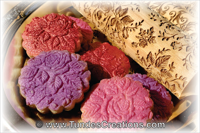 Cookies textured with carved rolling pin