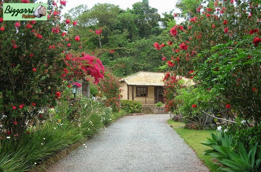 Execução do caminho no jardim com pedrisco solto com a execução do paisagismo.