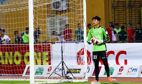 Phí Minh Long khởi động trước trận đấu