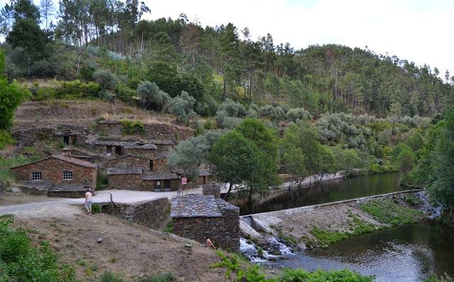 Praia fluvial da Ponte Celha com casas de Xisto e telhados de ardósia