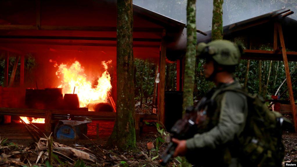 Un policía antinarcóticos colombiano resguarda un laboratorio de cocaína quemado, que según la policía pertenece a bandas criminales, en una zona rural de Colombia, el 2 de agosto de 2016 / REUTERS