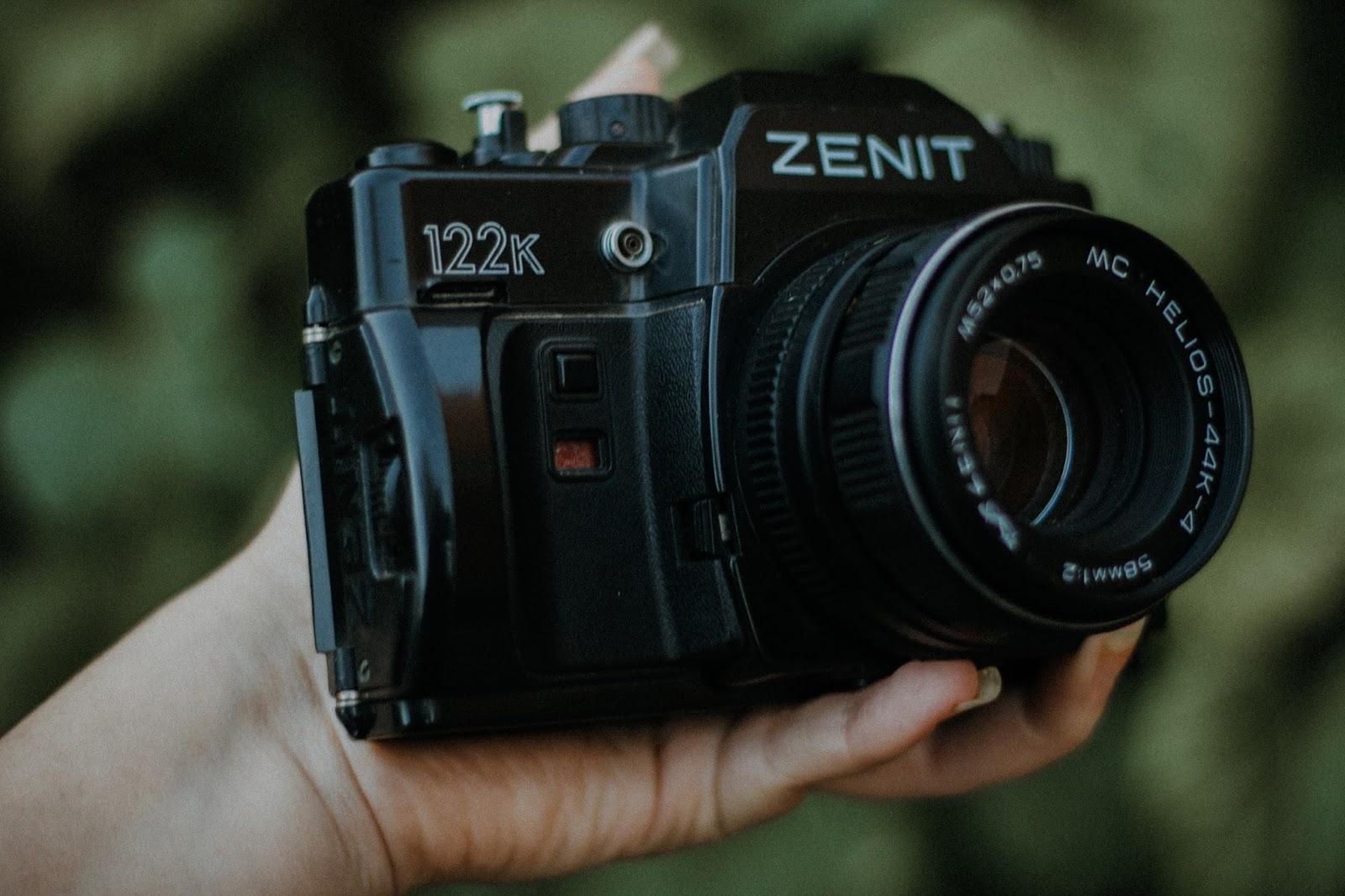 Comprei: Zenit 122. Acostumada com o encaixe da baioneta m42, quase quebrei tentando desenrolar a lente. Aí a inteligente aqui depois de muito fuçar - estava quase chorando e pensando que ia quebrar hahaha -, percebeu aquele botão para tirar a lente hahaha