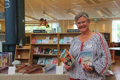 Ann-Charlotte på Fyrens bibliotek.