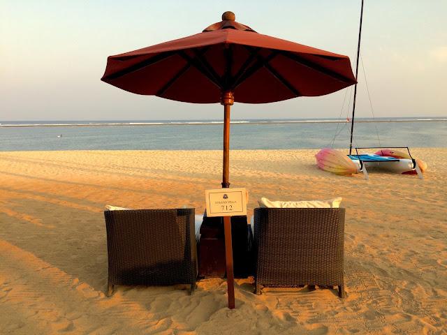 The St. Regis Bali Resortのスタンドヴィラ滞在客用のベッドの写真
