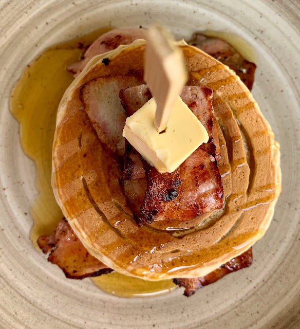 Omikron Brunch, pancakes with bacon, butter and maple syrup