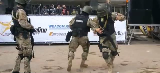 Οι ένοπλοι της Κριμαίας το έριξαν στο χορό!(vid)