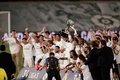 فيديو.. شاهد راموس يتسلم درع الدوري الإسباني وسط فرحة عارمة للاعبي الملكي