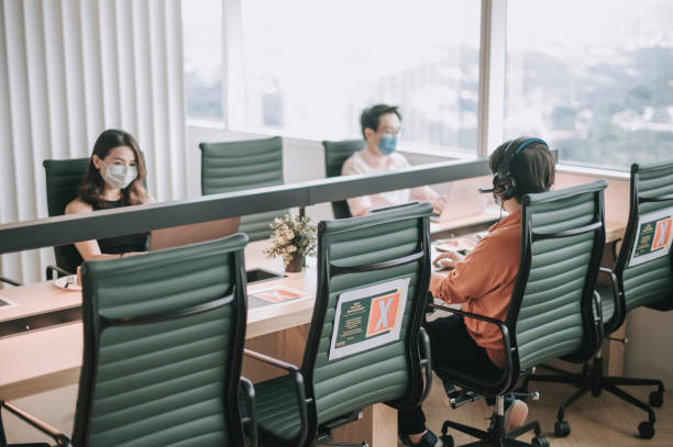Pemanfaatan teknologi Schneider Electric's Workplace Advisor dan connected room solution.