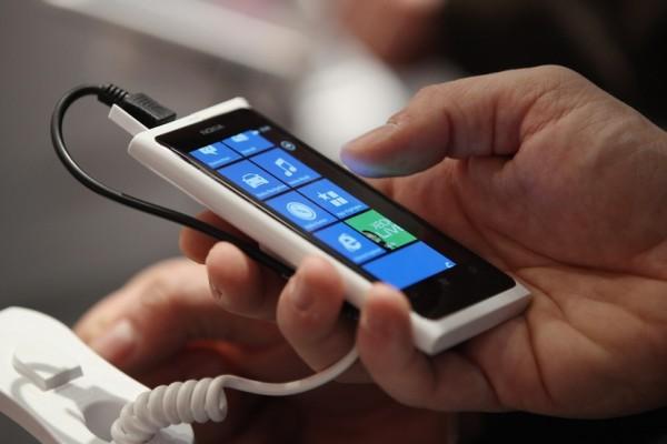 7 Kesalahan Saat Charge Ponsel yang Harus Kamu Hindari