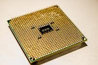 صوره لشريحه ميكرو تشيب بها ملايين من الترانزيستورات الصغيره يمكن تحميل عشرات الاطنان من المعلومات عليها