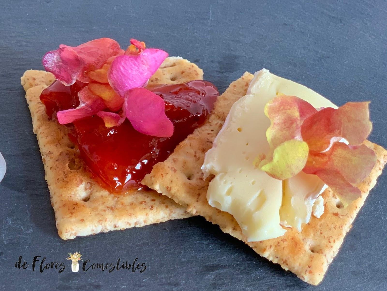 Canapés con queso y flores