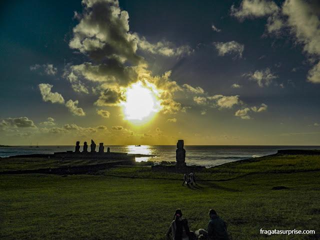 Pôr do sol no Ahu Tahai, plataforma de moais à beira-mar na Ilha de Páscoa