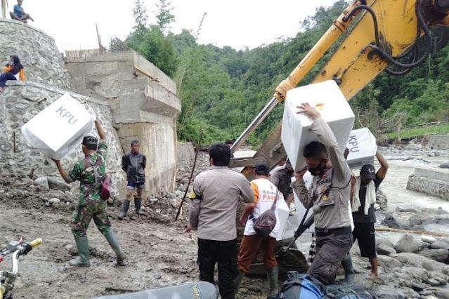 Medan tempuh rusak, petugas angkut logistik Pilkada dengan excavator