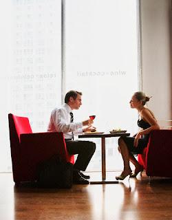 Hombre y mujer en cita