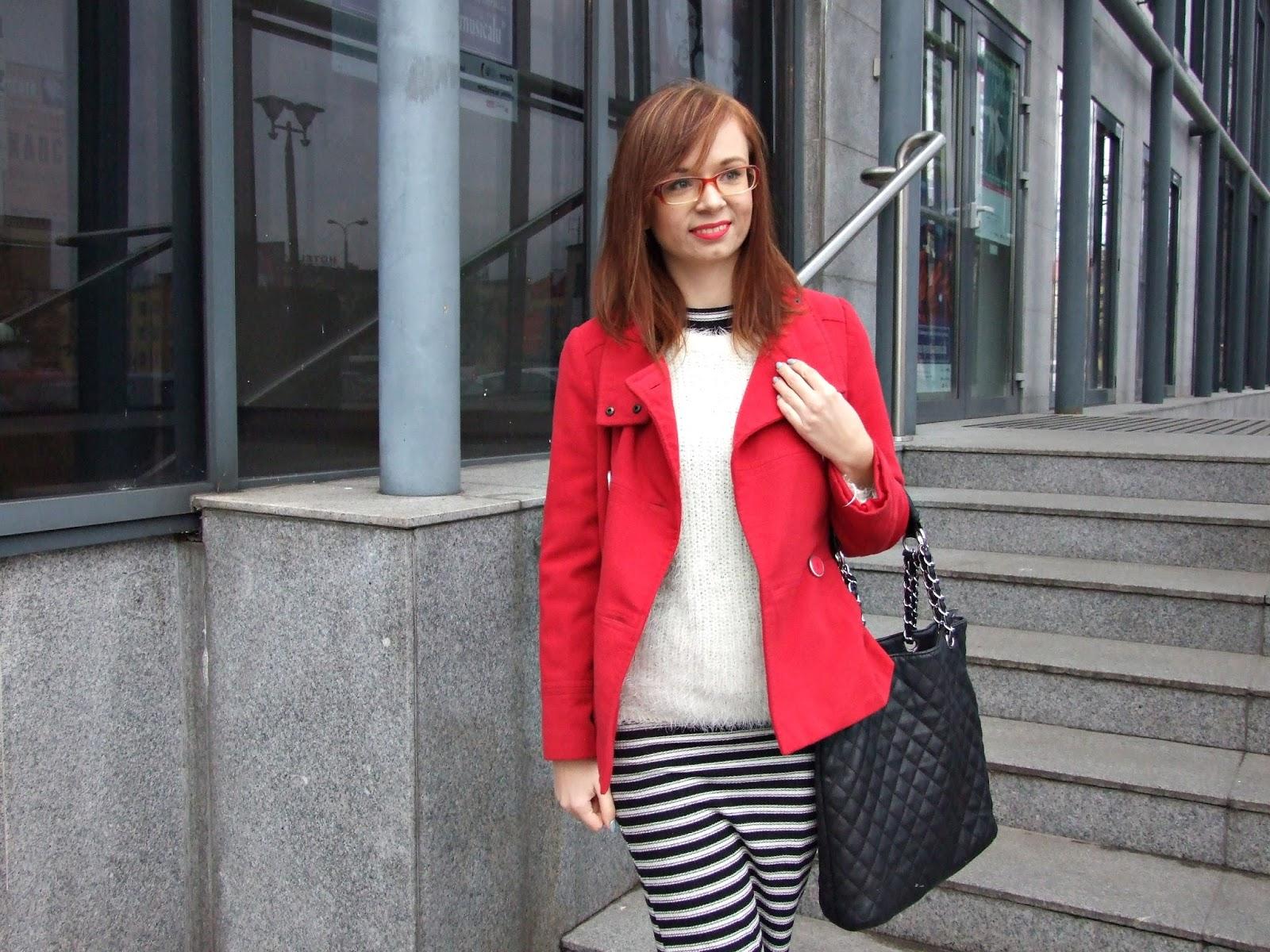 Czerwony płaszczyk i długa sukienka