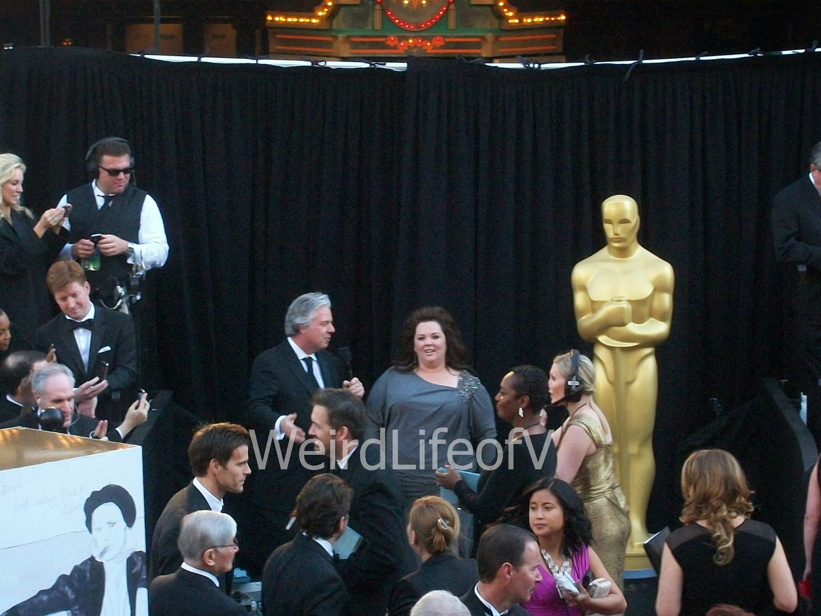 Melissa McCarthy being interviewed by Chris Connelly at the 2013 Academy Awards