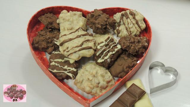Hoy preparamos una receta básica pero con resultado perfecto: Rocas de dos chocolates. Con pocos ingredientes tenéis un postre para disfrutar vosotros mismos o para regalar. Es un postre ideal para para hacer con vuestros hijos. ¿Os animáis?