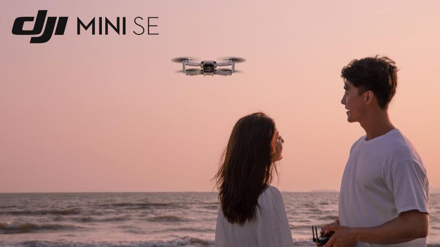 Два человека запускают дрон DJI Mini SE