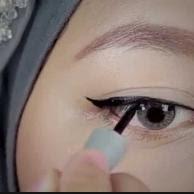 Eyeliner, pensil alis yang diaplikasikan dengan tepat dapat mengubah mata menjadi lebih menarik