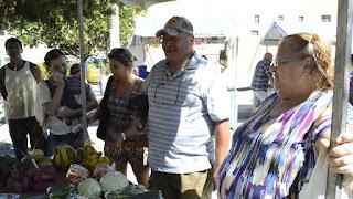 Morador da Tijuca, Antonio Carlos Costa Velho (de boné) confere os produtos na Feira da Agricultura Familiar