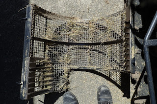 ヤンマーコンバインの受け網(コンケーブ)泥掃除