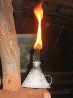 A foto mostra um legitimo candieiro antigo usado na roça,mas quando se corta a luz é muito usado.
