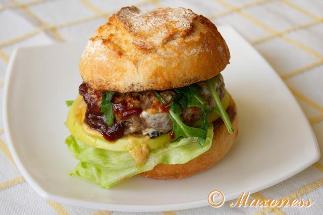 Бургер с голубым сыром и яблоком