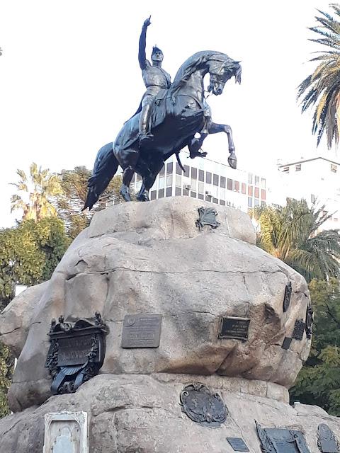 estatua de bronze de um homem em cima de um cavalo