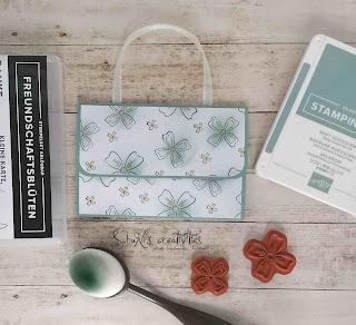 Farben: Seladon, Papaya Stempel: Freundschaftsblüten Werkzeug: Papierschneider, blending pinsel