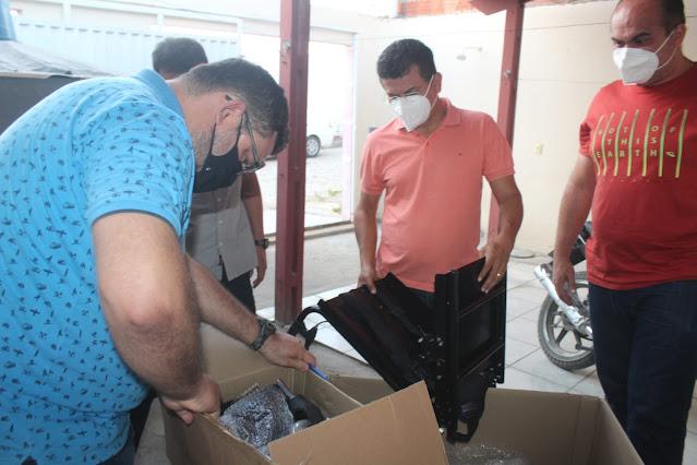 Prefeito Juninho Alves entrega cadeiras de rodas a crianças do bairro Sebastião Maltês em Caraúbas