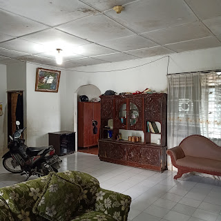 Ruang Tamu dan Ruang Keluarga Rumah Murah Bangunan Lama Luas Tanah 420 m2 Dekat RS Adam Malik Medan Tuntungan Sumatera Utara