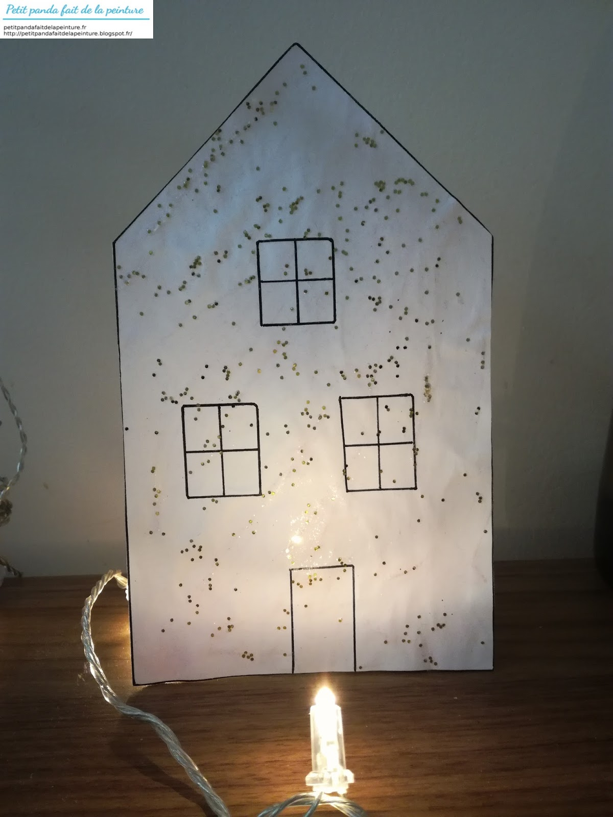 petit panda fait de la peinture une maison de noel a la peinture pailletee a poser. Black Bedroom Furniture Sets. Home Design Ideas