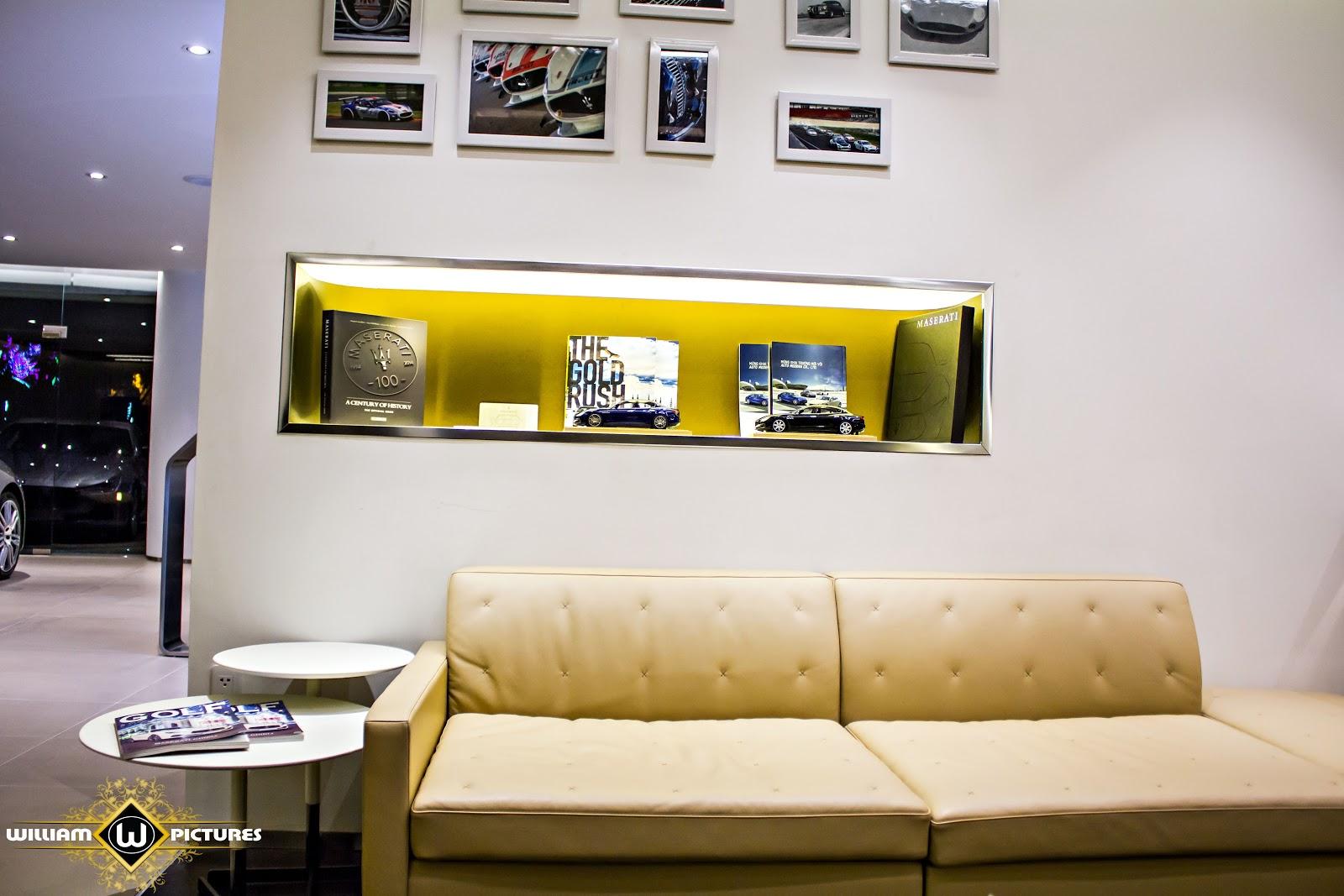 Không gian tiếp khách nhẹ nhàng, nhiều ảnh lưu giữ những kỷ niệm của Maserati