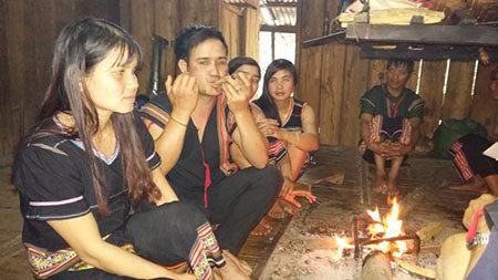 Thanh niên trai, gái trong làng tập trung tại nhà Rông thổi Tà Vẩu