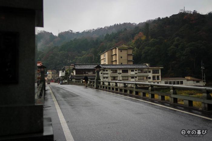 vue sur Misasa depuis le pont qui enjambe la rivière