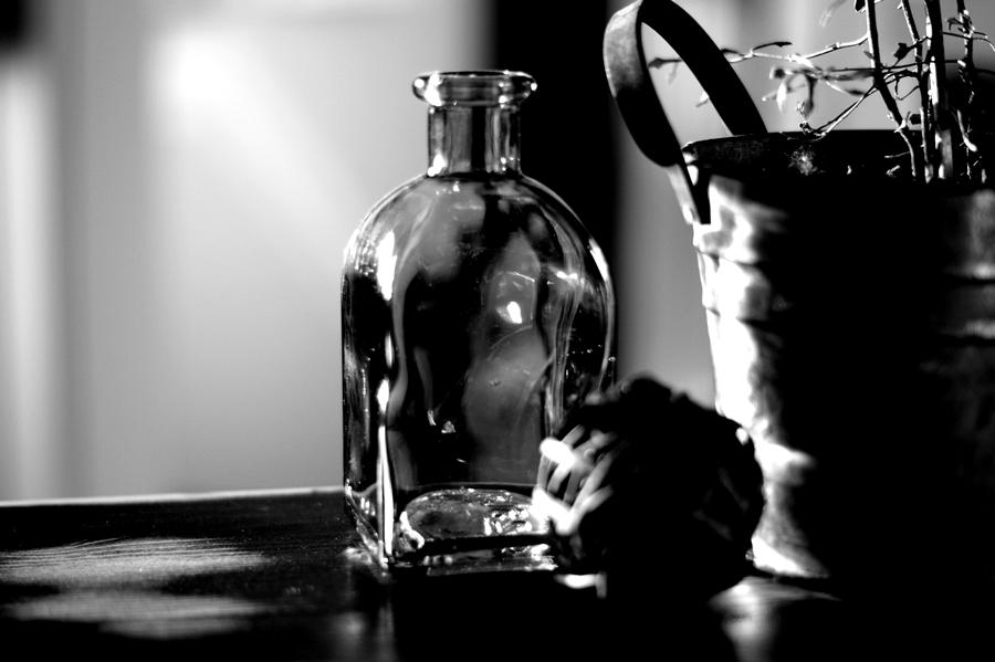 Blog + Fotografie by it's me! | fim.works | SchwarzWeissBlick No 9 | Glasflasche und Deko im Abendlicht