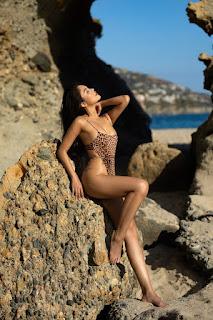 Hot girl Đan Cha khoe dáng gợi cảm dù đang bị kẹt ở Mỹ vì dịch Covid-19